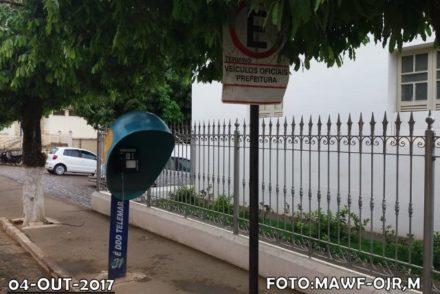 Orelhão em frente à Prefeitura Municipal de Recreio,MG